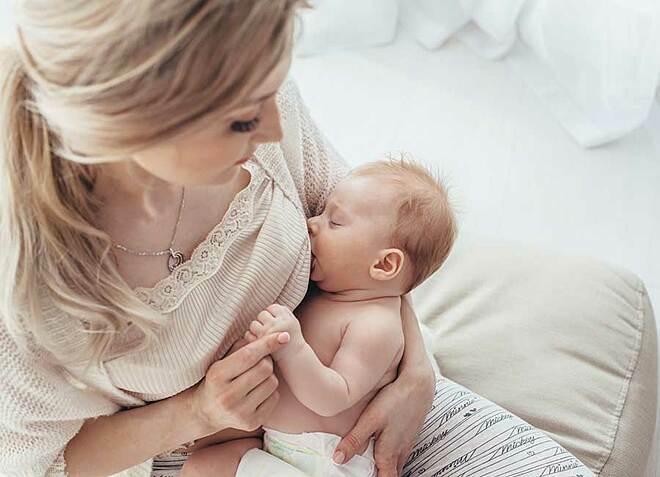 Cho con bú trong giai đoạn đầu đời giúp cải thiện dinh dưỡng cho trẻ. Ảnh: Roller Coaster