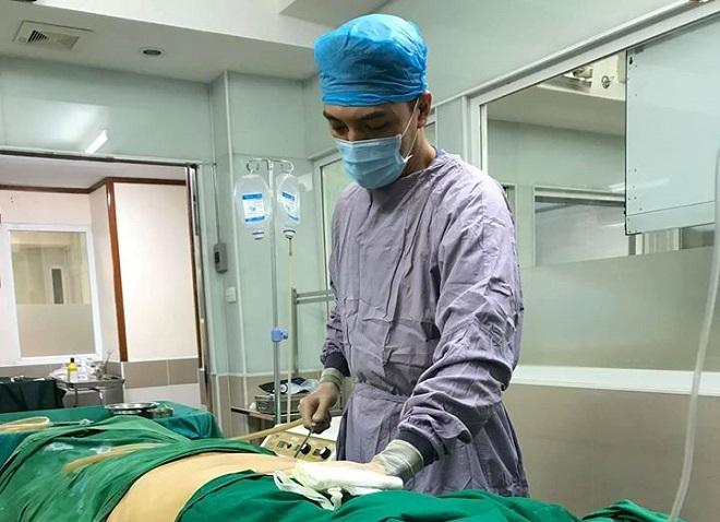 Bác sĩ Duy đang thực hiện thao tác hút mỡ bụng tại Bệnh viện. Ảnh: Bác sĩ cung cấp