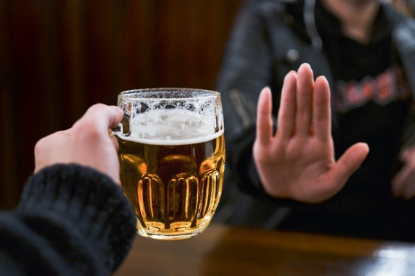 Uống nhiều bia rượu là một trong những thói quen gây hại nhất cho cơ thể, tăng nguy cơ mắc bệnh ung thư gan.