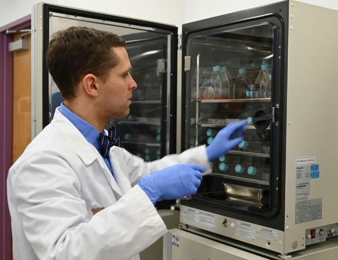 Nhà miễn dịch học Michael Keller sử dụng máy ấp trứng để phát triển các tế bào bạch cầu cấy vào Johan. (Ảnh: AFP)