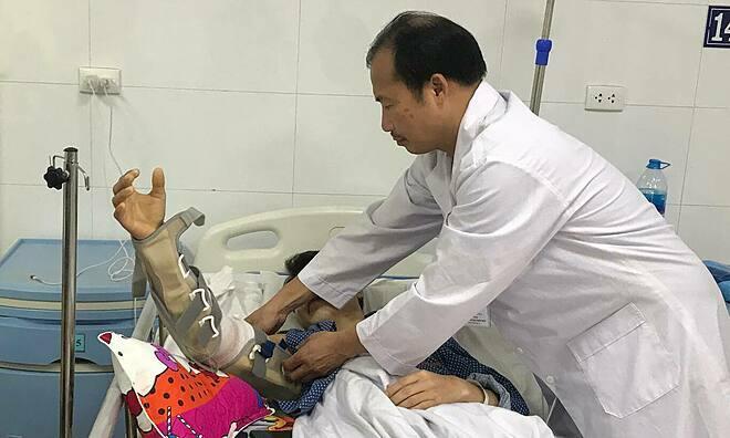 Bác sĩ Hùng thăm khám cho bệnh nhân ngày 8/1. Ảnh: P.Q