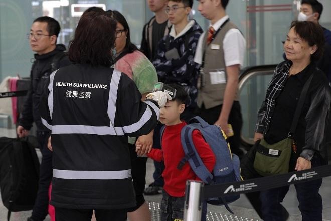 Kiểm tra y tế tại sân bay Hongkong. Ảnh: AP