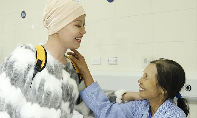 Thuỷ Tiên truyền cảm hứng đến các bệnh nhân ung thư đang điều trị tại Bệnh viện K. Ảnh: Hà Trần.