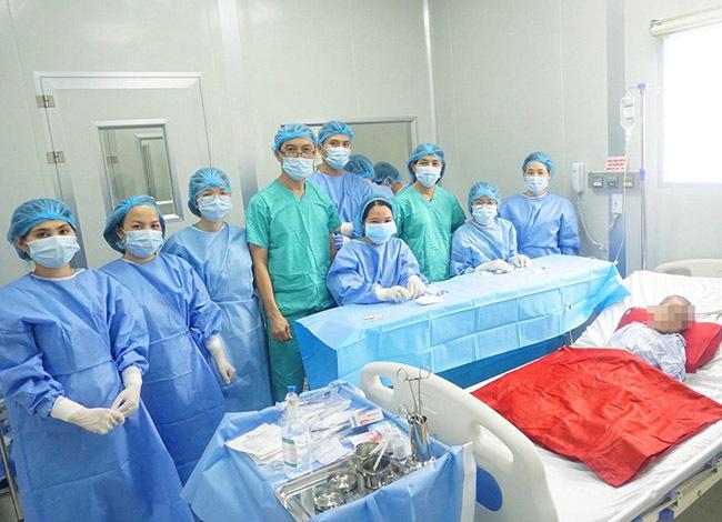 Đội ngũ bác sĩ thực hiện ca phẫu thuật. Ảnh: Nhật Tân