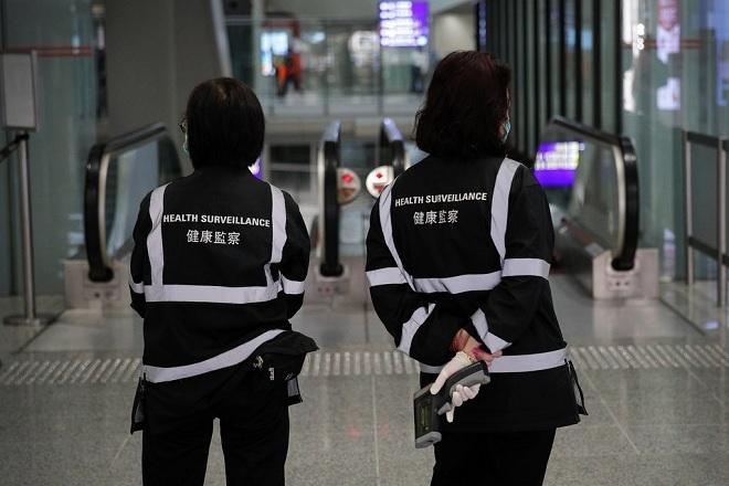Giám sát y tế bằng máy đo nhiệt độ cơ thể ở sân bay. Ảnh: Associated Press