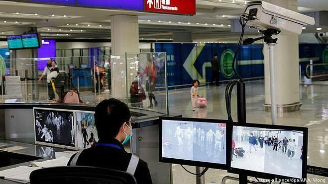 Giám sát y tế tại sân bay ở sân bay Hong Kong. Ảnh: DW.