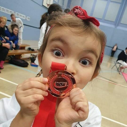 Emily tạo dáng cùng chiếc huy chương đồng. Ảnh: PA