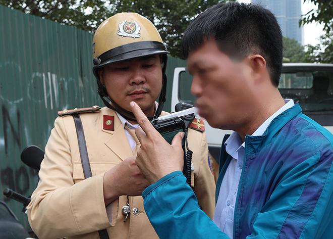 Kiểm tra nồng độ cồn ở Hà Nội. Ảnh: Ngọc Thành.