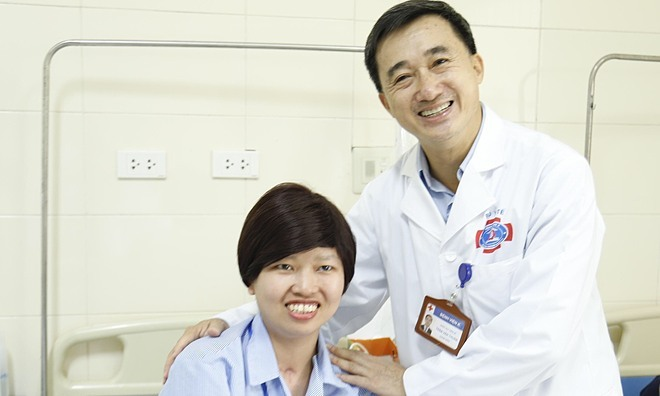 Giám đốc viện K Trần Văn Thuấn thăm hỏi chị Liên ngày 7/1. Ảnh: Hà Trần.