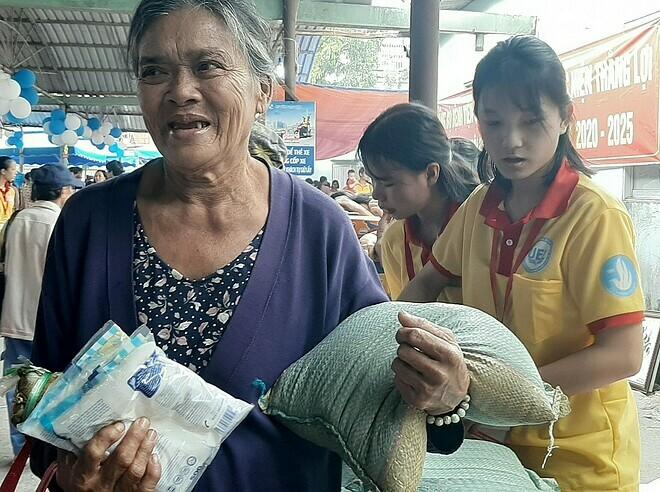 Bệnh nhân vui mừng với những mặt hàng từ phiên chợ giá 0 đồng. Ảnh: T.N