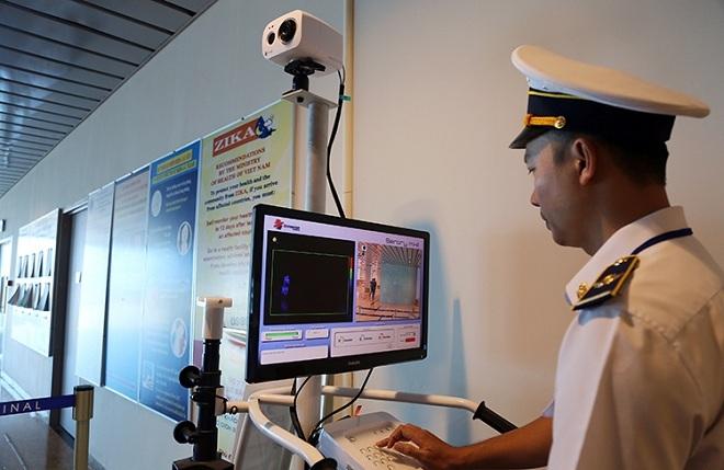 Nhân viên của Trung tâm Kiểm dịch y tế quốc tế theo dõi thân nhiệt khách Trung Quốc qua máy tính, chiều 13/1. Ảnh: Xuân Ngọc