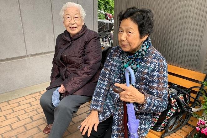 Cụ bà Taeko Shimodaira, 91 tuổi (trái) đang chờ đợi bên ngoài phòng gym. Ảnh: Wall Street Journals