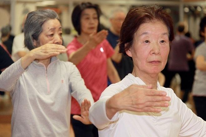 Bà Kuniko Kikuchi, 77 tuổi tập Thái cực quyền vào 10h15 mỗi sáng. Ảnh: Wall Street Journals