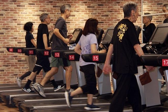 Các cụ ông và cụ bà đang chạy bộ trên máy tại phòng tập. Ảnh: Wall Street Journals