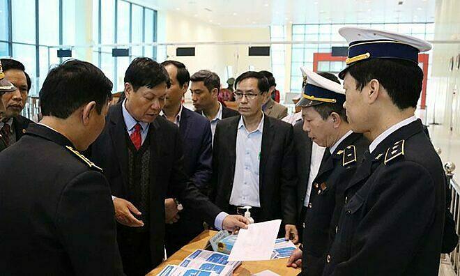 Thứ trưởng Bộ Y tế Đỗ Xuân Sơn (cà vạt đỏ) kiểm tra công tác chống dịch viêm phổi Vũ Hán tại cửa khẩu Lạng Sơn, ngày 23/1. Ảnh: Minh Thư.