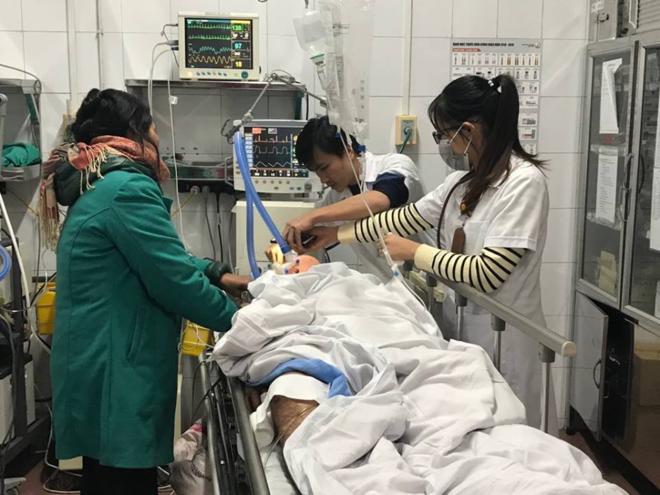 Bệnh nhân bị tai nạn giao thông đang được cấp cứu tại Bệnh viện Việt Đức. Ảnh: Thái Bình.