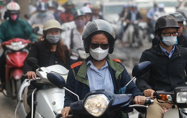 Người dân Hà Nội đeo khẩu trang khi ra đường. Ảnh: Tất Định.