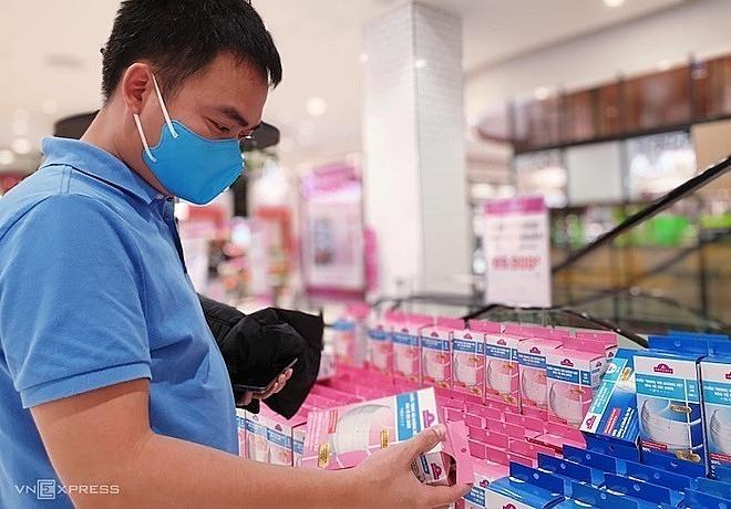 Một khách hàng chọn mua khẩu trang tại siêu thị. Ảnh: Minh Anh.