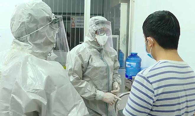 Chăm sóc bệnh nhân nhiễm virus nCov ( áo sọc) trong phòng cách ly tại bệnh viện chợ Rẫy. Ảnh : Đ.H