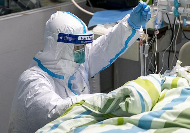 Một nhân viên y tế đang chăm sóc, điều trị cho bệnh nhân viêm phổi tại Vũ Hán. Ảnh: SCMP