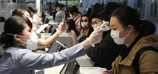 Đo nhiệt độ khách nhập cảnh tại cửa khẩu trong đợt dịch viêm phổi corona. Ảnh: Reutres