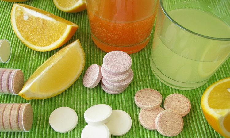 Có thể bổ sung vitamin C bằng cách tăng cường ăn các loại quả hoặc sử dụng thực phẩm chức năng. Ảnh: Lovetoknow.