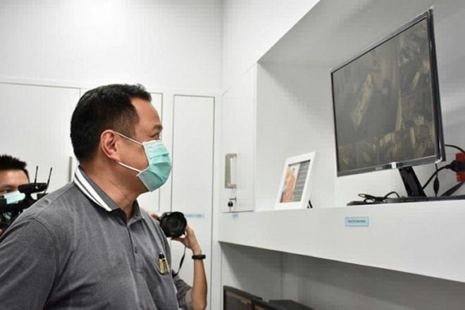 Bộ trưởng Y tế Thái Lan xemhình ảnh trong Viện truyền nhiễm Bamrasnaraduanơi các bệnh nhân nhiễm nCoV đang được cách ly. Ảnh AFP