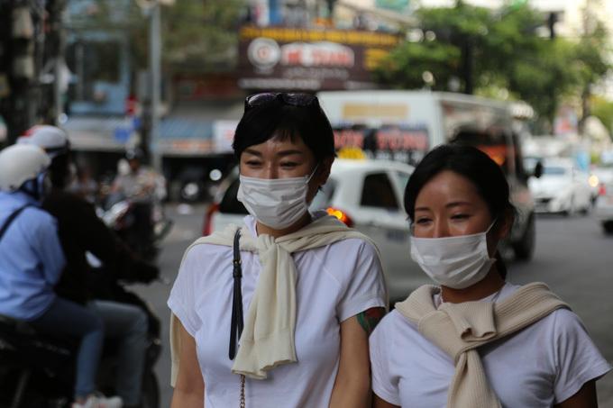 Người dân và du khách đều mang khẩu trang khi ra đường phố ở Nha Trang. Ảnh: Xuân Ngọc