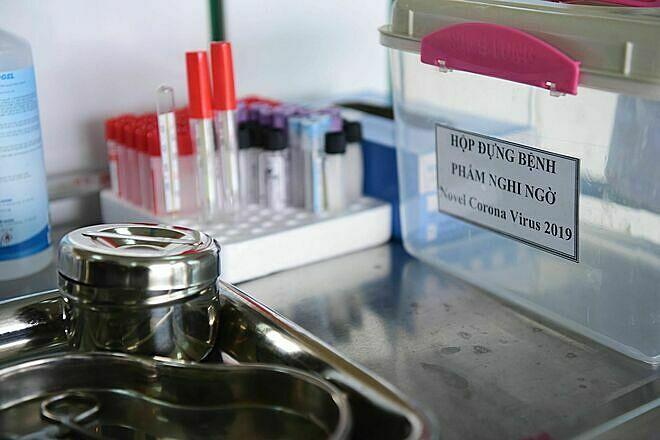 Hộp dựng bệnh phẩm nghi ngờ virus corona ở Bệnh viện Nhiệt đới TRung ương. Ảnh: Giang Huy,