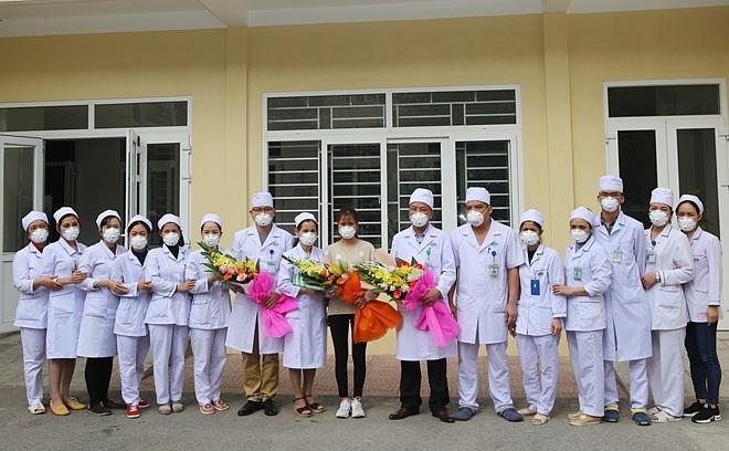 Các y bác sĩ vui mừng trong ngày 3/2 khi bệnh nhân được xuất viện. Ảnh: Bệnh viện cung cấp
