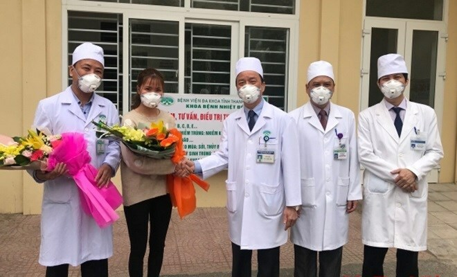 Nguyễn ThuTrang được các bác sĩ Bệnh viện Đa khoa Thanh Hóa tặng hoa khi xuất viện sáng nay. Ảnh: Tô Hà.