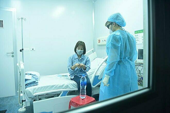 Bệnh nhân viêm phổi đang cách ly tại Bệnh viện Bệnh nhiệt đới Trung ương, Đông Anh, Hà Nội. Ảnh: Giang Huy