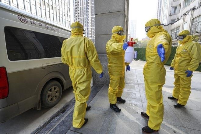 Nhân viên y tế Hong Kong khử trùng sau khi tiếp xúc với bệnh nhân viêm phổi corona. Ảnh: AP.