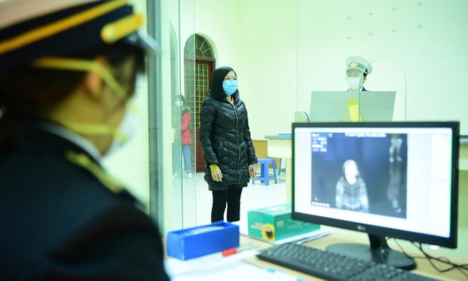 Hành khách được kiểm tra thân nhiệt tại ga Đồng Đăng. Ảnh: Giang Huy