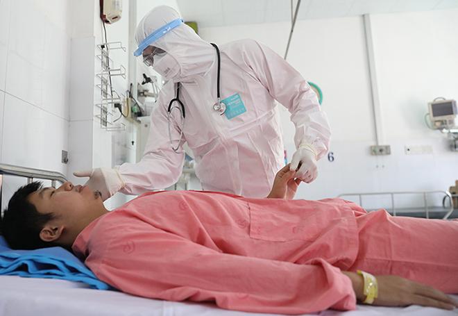 Bác sĩ của Bệnh viện Chợ Rẫykhám cho bệnh nhân người Trung Quốc nhiễm nCoV. Ảnh: Hữu Khoa.