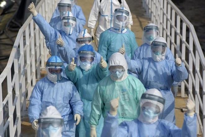 Các nhân viên y tế tại Hỏa Thần Sơn, bệnh viện dã chiến mới được xây dựng tại tỉnh Hồ Bắc. Ảnh: Xinhua