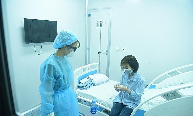 Điều dưỡng chăm sóc cho bệnh nhân cách ly tại Bệnh viện Bệnh Nhiệt đới Trung ương cơ sở 2 ngày 31/1. Ảnh: Giang Huy.