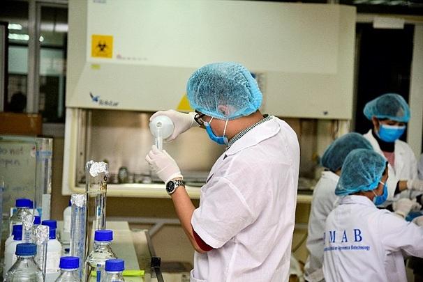 Các nhà khoa học Đại học Việt Pháp (USTH)sản xuất dung dịch nước rửa tay khô.