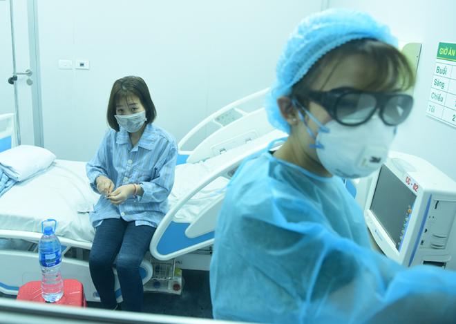 Bệnh nhân nCoV Vĩnh Phúc khi được điều trị cách ly ở Bệnh viện Bệnh Nhiệt đới Trung ương ngày 31/1. Ảnh: Giang Huy.