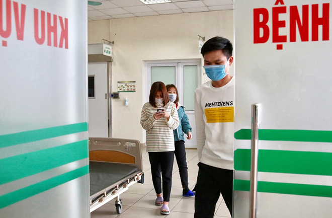 Ba bệnh nhân ra khỏi khu vực cách ly tại Bệnh viện Bệnh Nhiệt đới Trung ương, cơ sở Đông Anh, chuẩn bị xuất viện. Ảnh: Giang Huy.