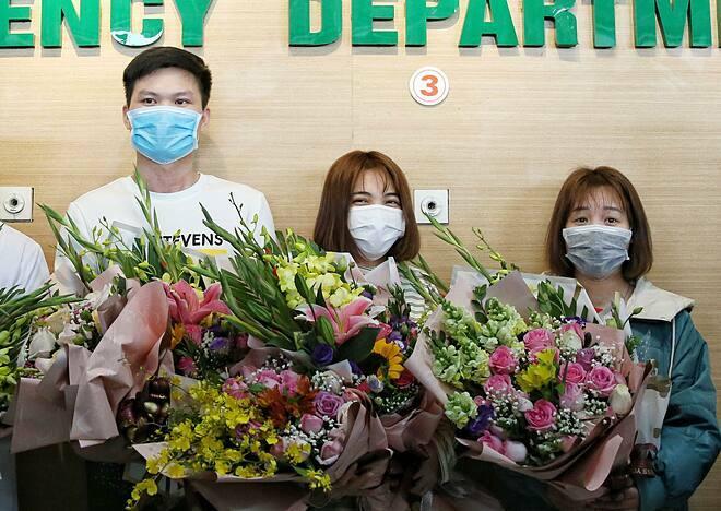 Ba bệnh nhân trong lễ xuất viện, chiều 10/2. Ảnh: Giang Huy.
