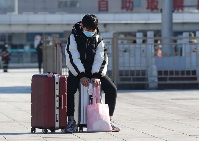 Một sinh viên tại Sân ga Bắc Kinh vào ngày 8/2. Ảnh: Reuters