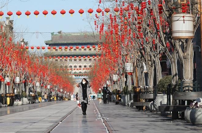 Đường phố Trung Quốc vắng lặng do người dân ở nhà tránh dịch. Ảnh: Reuters