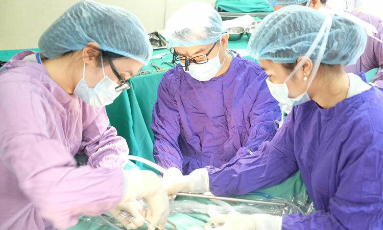 Bác sĩ phẫu thuật cho bệnh nhân ngày 5/1. Ảnh: Bệnh viện cung cấp.