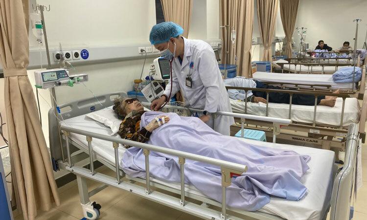 Bác sĩ Bệnh viện Hữu nghị khám cho bệnh nhân cao tuổi mắc viêm phổi sáng 12/2. Ảnh: Đặng Khiêm.