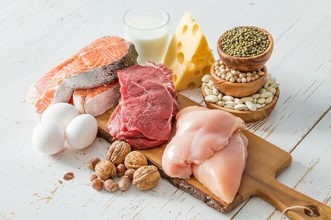 Bổ sung đa dạng các thực phẩm thịt, cá, trứng, sữa... để tăng cường sức đề kháng. Ảnh: Medium
