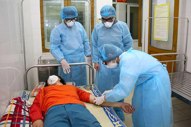 Bác sĩ Bệnh viện đa khoa Hà Tĩnh lấy mẫu xét nghiệm người nghi nhiễm nCoV gửi ra Viện vệ sinh dịch tễ trung ương hôm 8/2. Ảnh: Gia Hân