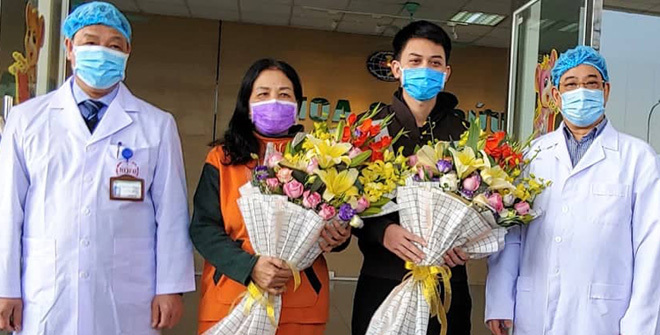 Hai bệnh nhân ra viện sáng 18/1 tại Bệnh viện Bệnh Nhiệt đới Trung ương, Hà Nội. Ảnh: Thúy Quỳnh.