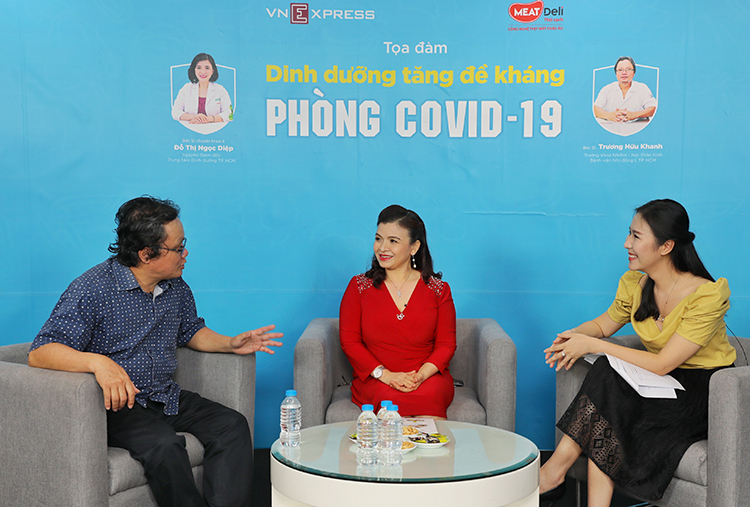 Bác sĩ Khanh và bác sĩ Diệp chia sẻ về cách ăn uống tăng đề kháng trong buổi tọa đàm. Ảnh: Quỳnh Trần.