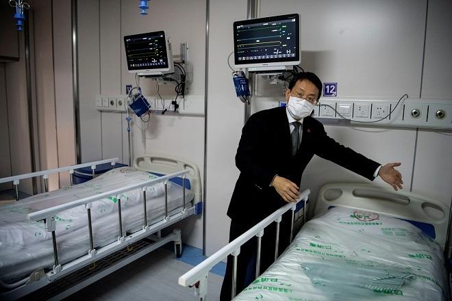 Bác sĩ Lu Hongzhou, Tổng giám đốc Trung tâm Y tế Lâm sàng Cộng đồng Thượng Hải giới thiệu phòng bệnh để thực hiện liệu pháp huyết tương. Ảnh: Reuters